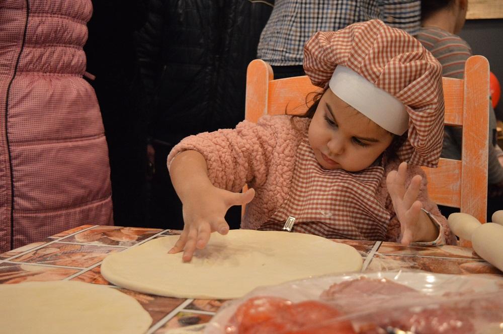 1 фото Фото девочка готовит пиццу