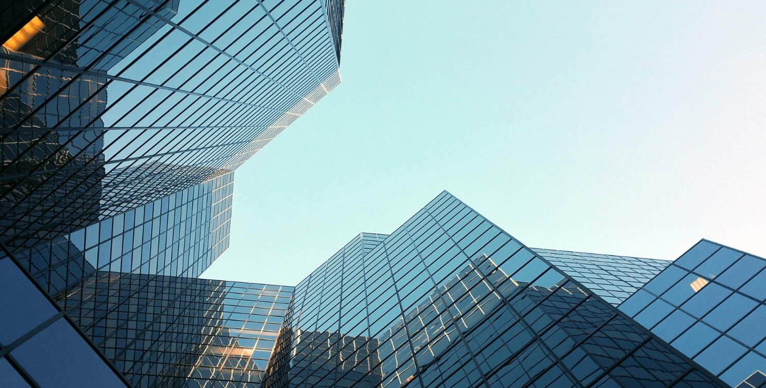 Изображение офисного здания в центре города